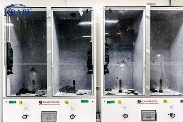 Bao cao su thành phẩm được test bằng máy bơm căng phồng.