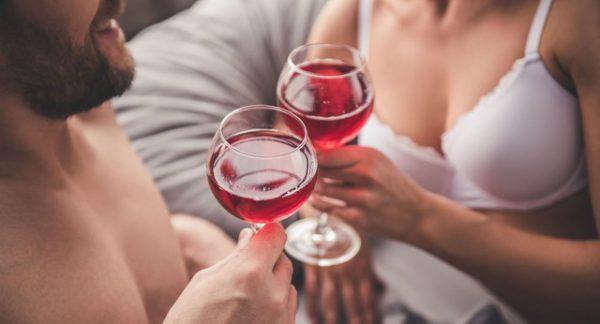 """Rượu tốt hay không tốt cho """"chuyện ấy""""?"""